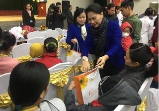 Chủ tịch Quốc hội thăm và tặng quà tết cho bệnh nhi ung thư