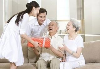 Vợ tức nghẹn vì chồng được thưởng Tết toàn đồ nhập khẩu, không cho con ăn mà gửi hết về biếu ông bà nội