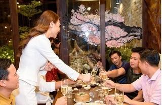Đàm Thu Trang 'lạnh lùng' với Cường Đô la dù xuất hiện cùng nhau