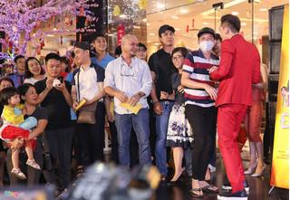 Hoài Linh đeo khẩu trang, đi dép lào trên thảm đỏ