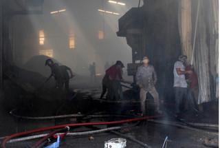 Hàng trăm người dập lửa ở nhà máy sản xuất viên nén