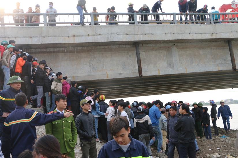 Cứu ba mẹ trượt chân xuống sông khi đi thả cá tiễn ông Táo chầu trời