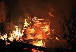 Cháy lớn tại xưởng gỗ lan rộng sang khu vực xung quanh