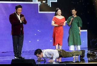Ngọc Sơn trổ tài hít đất 100 cái trên sân khấu