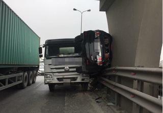 Tai nạn hi hữu: Ô tô con bị xe bồn húc bay lên dải phân cách