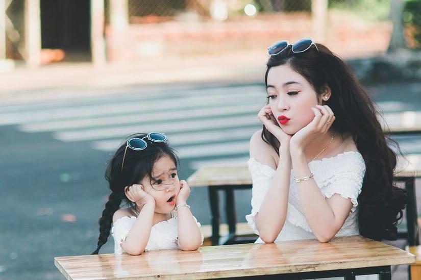 Bé gái 4 tuổi xinh xắn có duyên trong việc kinh doanh của mẹ 9X