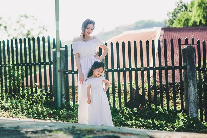 Bé gái 4 tuổi xinh xắn có duyên trong việc kinh doanh của mẹ 9X 4