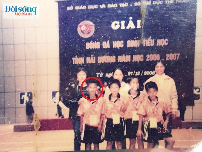 Lộ hình ảnh thời thơ ấu cực đáng yêu của hậu vệ Vũ Văn Thanh2
