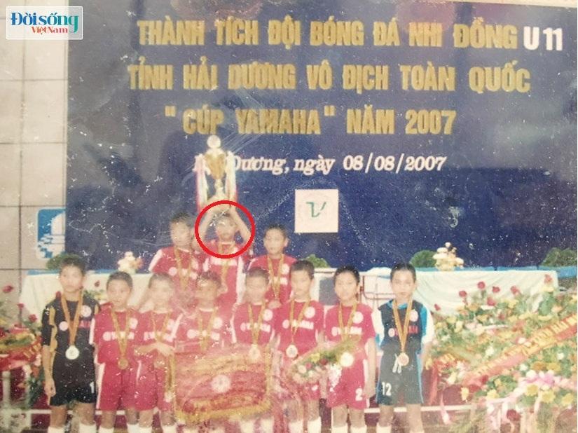 Lộ hình ảnh thời thơ ấu cực đáng yêu của hậu vệ Vũ Văn Thanh4