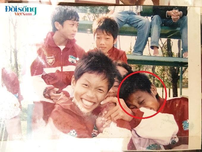 Lộ hình ảnh thời thơ ấu cực đáng yêu của hậu vệ Vũ Văn Thanh12