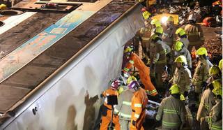 Lật xe bus 2 tầng đang chạy, 18 người tử vong thương tâm