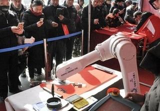 Robot viết thư pháp khiến người xem