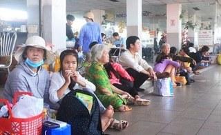 Hành khách mệt mỏi chờ tàu, xe về quê ăn Tết