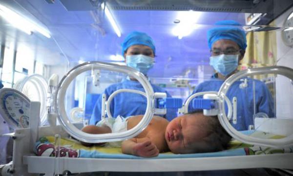 Đau bụng, người phụ nữ tá hỏa khi không biết mang bầu bỗng đẻ ra con 2