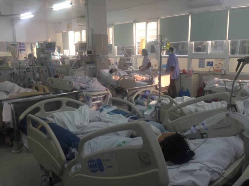Cận Tết, Bệnh viện Bạch Mai vỡ trận, bác sĩ kiệt sức vì cấp cứu 1