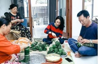 Mỹ Tâm cùng ba mẹ gói bánh chưng đón Tết