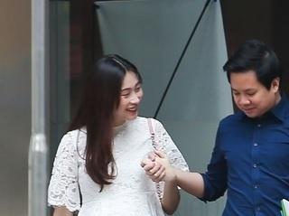 Hoa hậu Đặng Thu Thảo bị bắt gặp lộ bụng bầu, được Trung Tín đưa đi khám thai