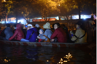 Hàng nghìn người thức trắng đêm đi đò, trẩy hội chùa Hương