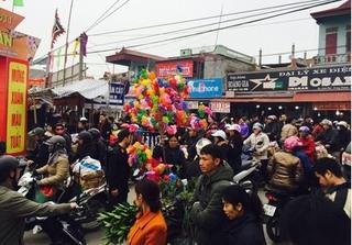 Dòng người ùn ùn đổ về chợ Viềng trước giờ khai hội khiến giao thông ùn tắc nghiêm trọng