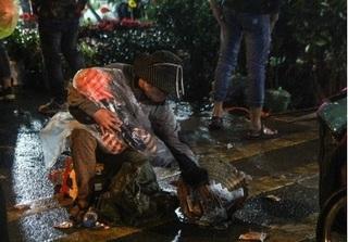 Bồng trẻ đi ăn xin trong phiên chợ Viềng gây phản cảm