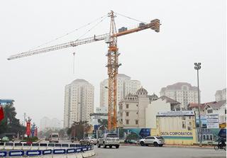 Dự án D'. El Dorado Phú Thượng: Cẩu tháp treo lơ lửng trên đầu khiến người dân bất an