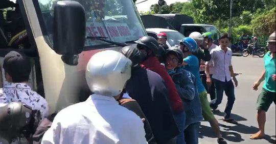 Xe khách tông 6 người, kéo lê cô gái ở Bình Dương: Có dấu hiệu giết người?