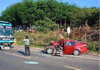 """Thông tin mới về clip xe khách và ô tô con tông nhau như """"sấm sét"""""""