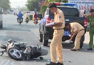 Vĩnh Long: Va chạm với xe của CSGT, đôi nam nữ bị thương