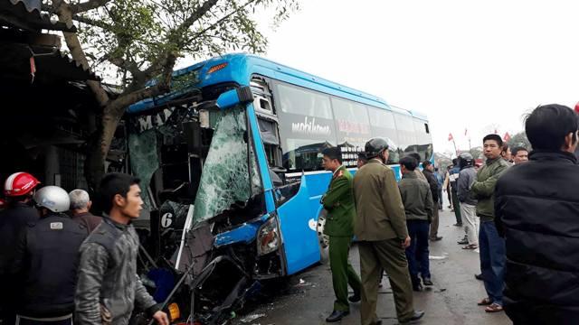 Xe khách quay đầu bị container tông trúng, 2 người tử vong
