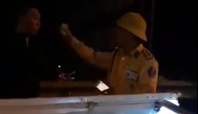 Yêu cầu CSGT tường trình video clip rọi đèn pin, chỉ mặt tài xế