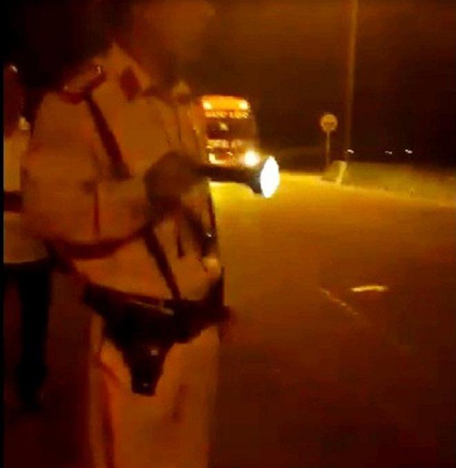 Đình chỉ Trung tá CSGT rọi đèn pin, chỉ mặt vào tài xế