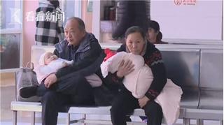 Ủ ấm con quá kín trong chăn, 2 bé sơ sinh suy kiệt chức năng nội tạng