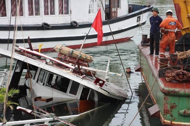 Quảng Ninh: Chìm tàu du lịch tại cảng khách quốc tế Tuần Châu
