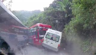 Đang đổ đèo, xe du lịch 16 chỗ bị xe khách đâm trực diện cực mạnh