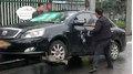 Bị CSGT cẩu đi, người đàn ông điên cuồng dùng búa phá ô tô cho bõ tức