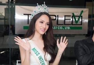 Bị nói đẹp nhưng không phải con gái, Hương Giang Idol 'xù lông' đáp trả