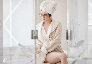 Đẳng cấp như Lý Nhã Kỳ, dù mặc áo choàng tắm cũng đẹp đến nao lòng!