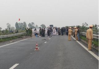 Dừng xe máy đổ xăng bên đường, 3 anh em bị container tông thương vong