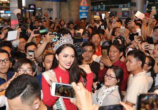 Tân Hoa hậu Hương Giang 'nghẹt thở' trong vòng vây người hâm mộ ngày trở về