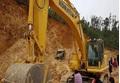 Sập mỏ khai thác đất trái phép, tài xế xe tải tử vong