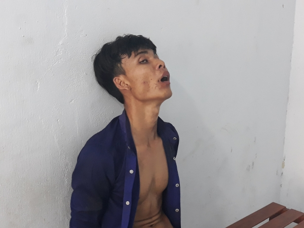 Giải cứu thanh niên ngáo đá cố thủ trên nóc nhà, đe dọa người dân