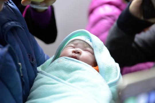 quy định về mang thai hộ em bé đầu tiên ra đời nhờ mang thai hộ