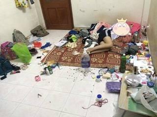 Đỉnh cao của ở bẩn, thanh niên nằm ngủ ngon lành giữa căn phòng bộn bề rác thải