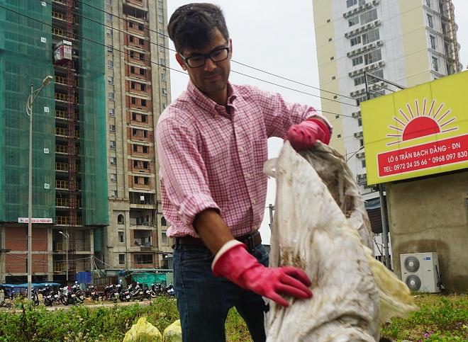 Chàng trai Mỹ nhặt rác không công lan tỏa cộng đồng ở Đà Nẵng