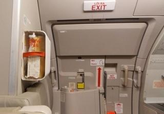 Khách tự ý mở cửa thoát hiểm trên máy bay, Vietnam Airlines hoãn hơn 2 tiếng