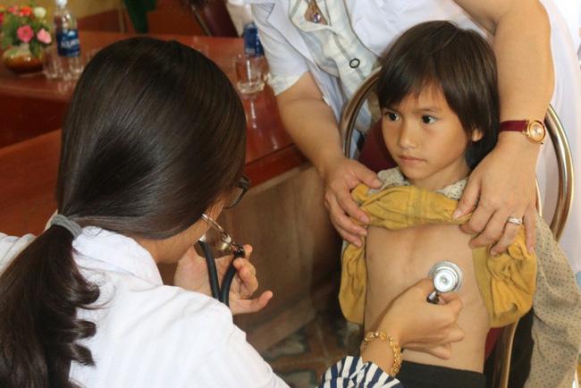bệnh viện bạch mai khám sàng lọc tim bẩm sinh miễn phí cho các cháu học sinh tiểu học ở Yên Bái 2