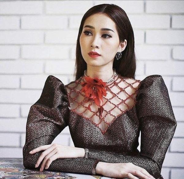 Không biết Hương Giang hay Angela Phương Trinh quyến rũ hơn trong cùng thiết kế váy xẻ tà