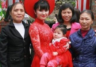 Bé gái Lào Cai suy dinh dưỡng bụ bẫm trong lễ ăn hỏi của mẹ nuôi