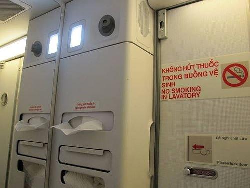 Nữ sinh 17 tuổi hút thuốc trên máy bay bị xử phạt 2 triệu đồng