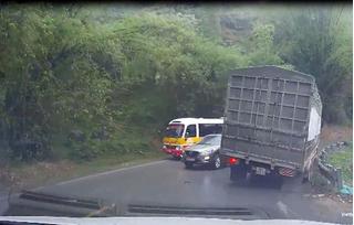Clip: Xe con vượt ẩu trên đèo khiến xe tải suýt lật xuống vực